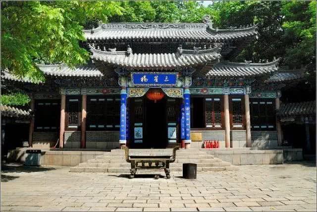 千山弥勒大佛(石佛)位于千山风景区北部,是自然造化的全国特大石佛之